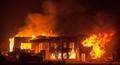 凌晨客厅起火,火灾中妈妈带2宝机智自救,家中起火如何正确逃生?