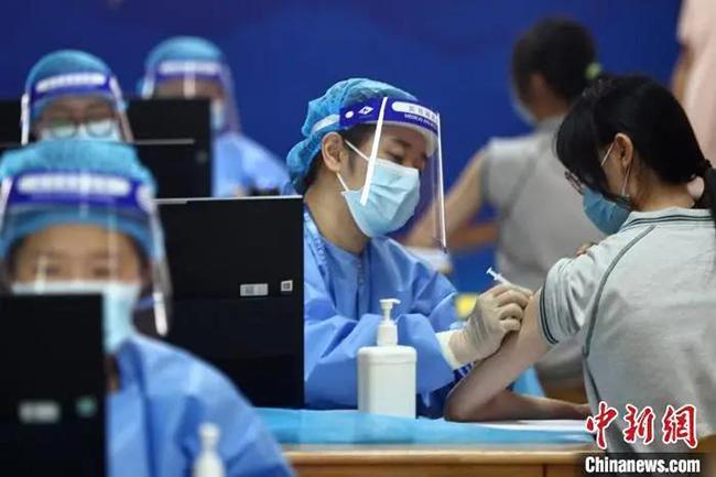 学生接种疫苗