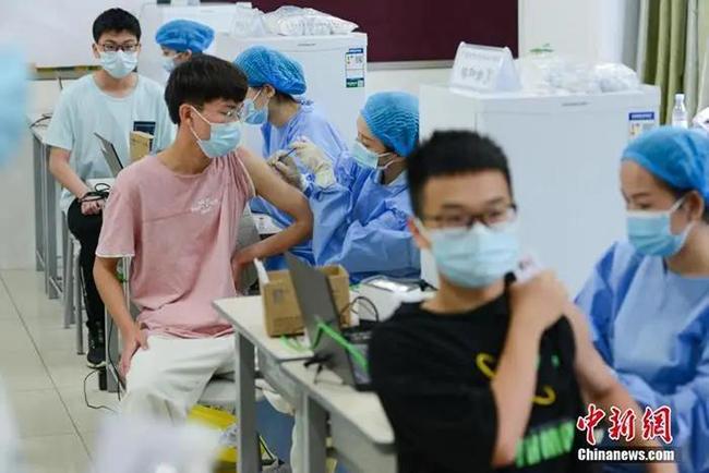 医护人员为学生接种疫苗